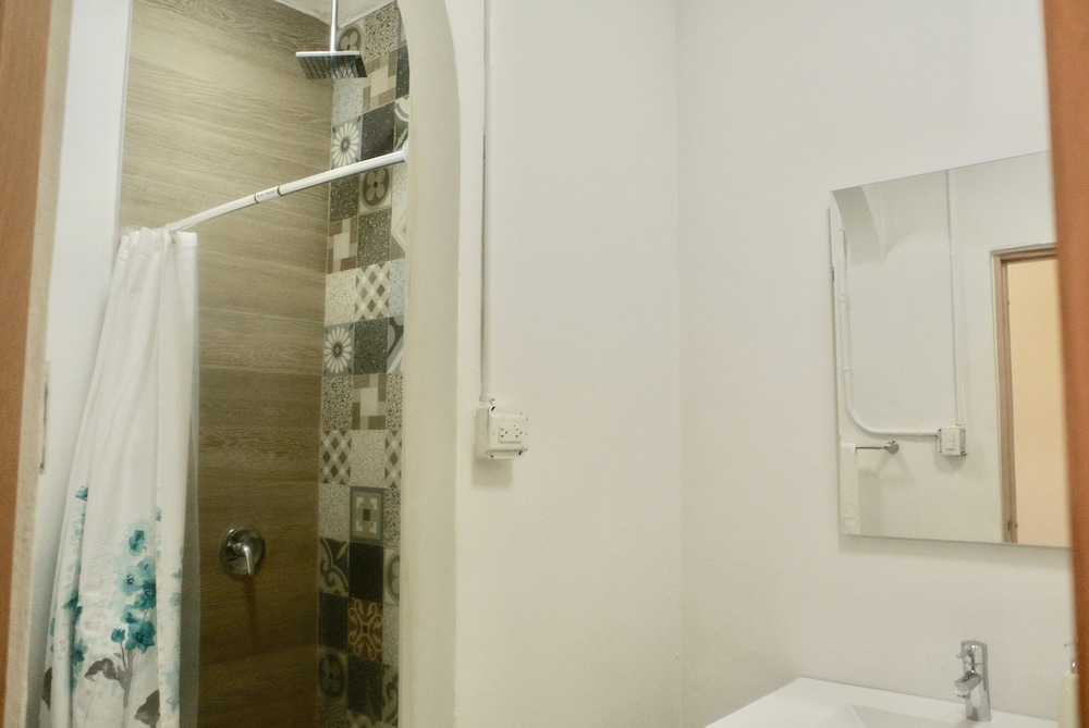 Bathroom Shower, La Mona Loiza