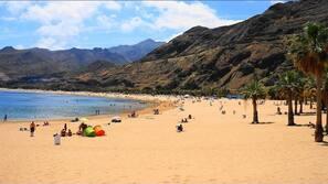 Tæt på stranden, sort sand, strandtransport