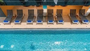 สระว่ายน้ำกลางแจ้ง เปิด 7:00 น. ถึง 19:00 น., เก้าอี้อาบแดดริมสระ