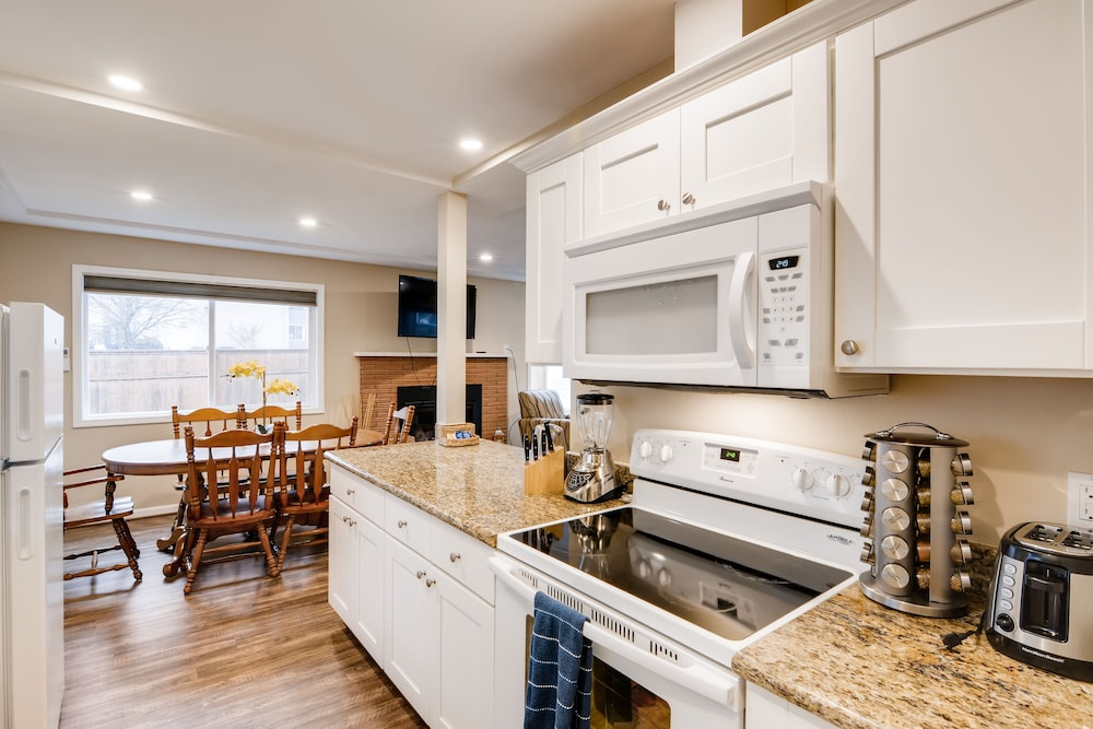 Private Kitchen, Private Beautiful 2 Bedroom Units w/ Fast Free Wifi