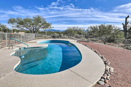 Desert Paradise With Hot Tub ~12 Mi to Ntl Parks!