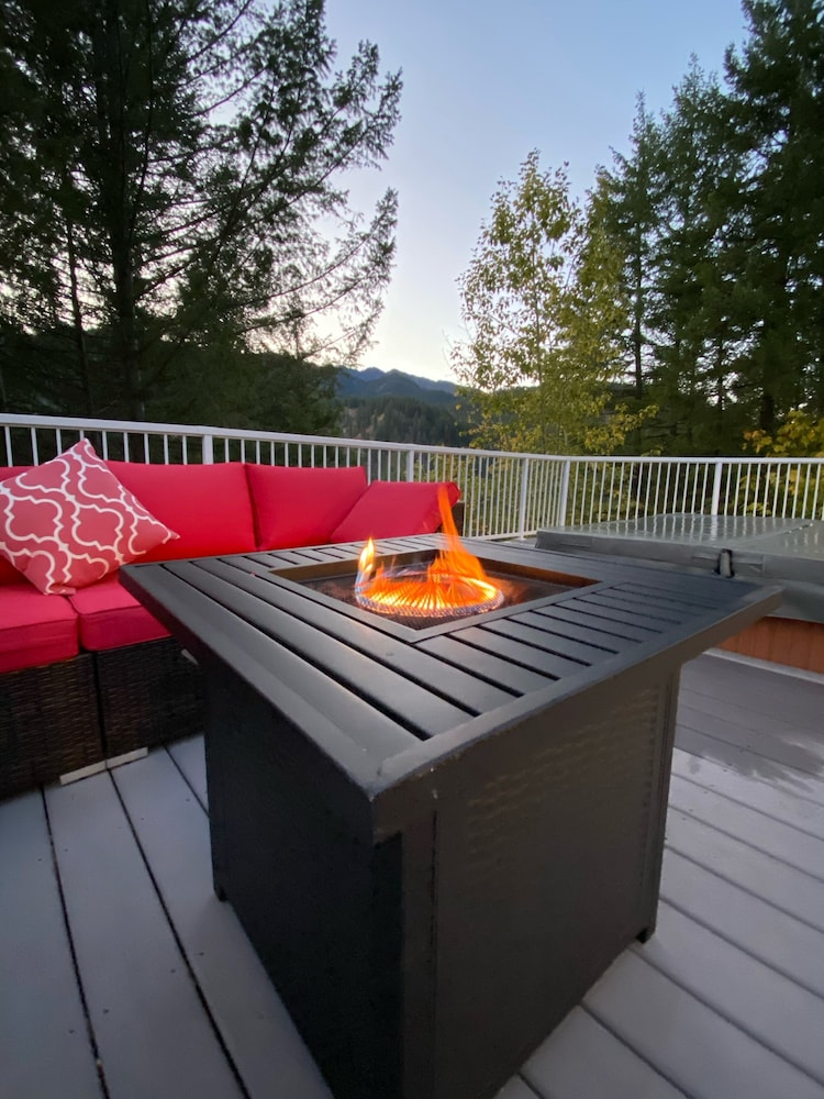 Balcony, Hilltop Chalet, W/private Pool and hot tub - 10 Minutes Away From Leavenworth!