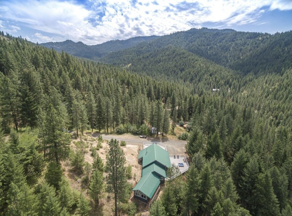 Exterior, Hilltop Chalet, W/private Pool and hot tub - 10 Minutes Away From Leavenworth!
