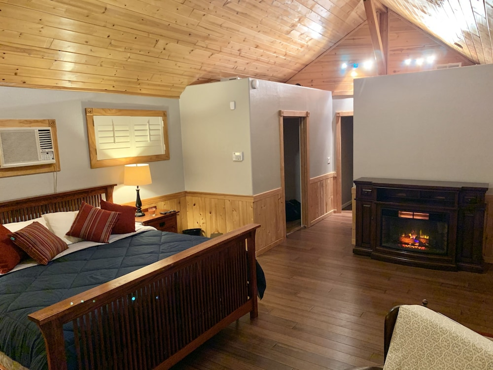Room, Hilltop Chalet, W/private Pool and hot tub - 10 Minutes Away From Leavenworth!