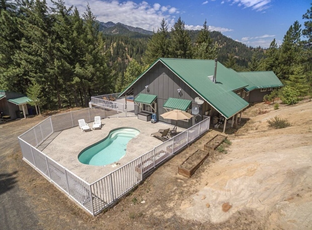 , Hilltop Chalet, W/private Pool and hot tub - 10 Minutes Away From Leavenworth!