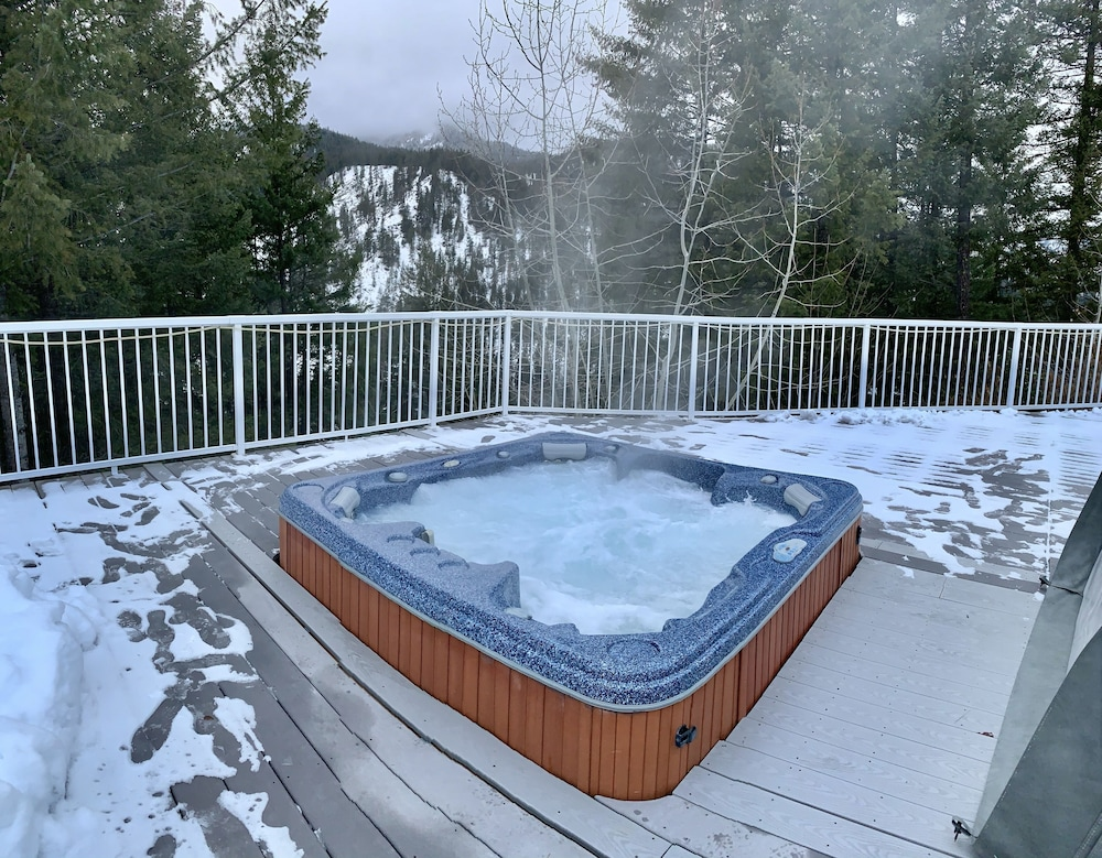 Spa, Hilltop Chalet, W/private Pool and hot tub - 10 Minutes Away From Leavenworth!