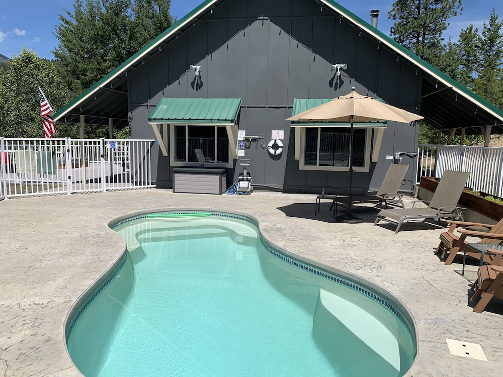 Pool, Hilltop Chalet, W/private Pool and hot tub - 10 Minutes Away From Leavenworth!