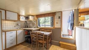 Een koelkast, een microgolfoven, een kookplaat, een waterkoker