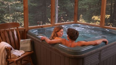 Romantic Get-away Cabin in the woods, w/Hottub next to coolest small town in USA