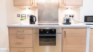 Kjøleskap, mikrobølgeovn, ovn og kokeplater
