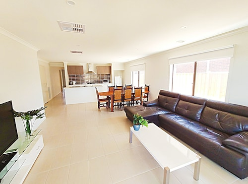 Comfy Quiet 5BR House,6 Mins to Towncentre,close to Werribee Zoo&vic Rose Garden