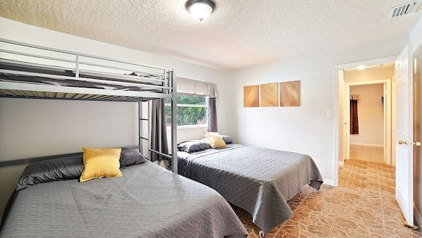3 bedrooms, iron/ironing board, Internet