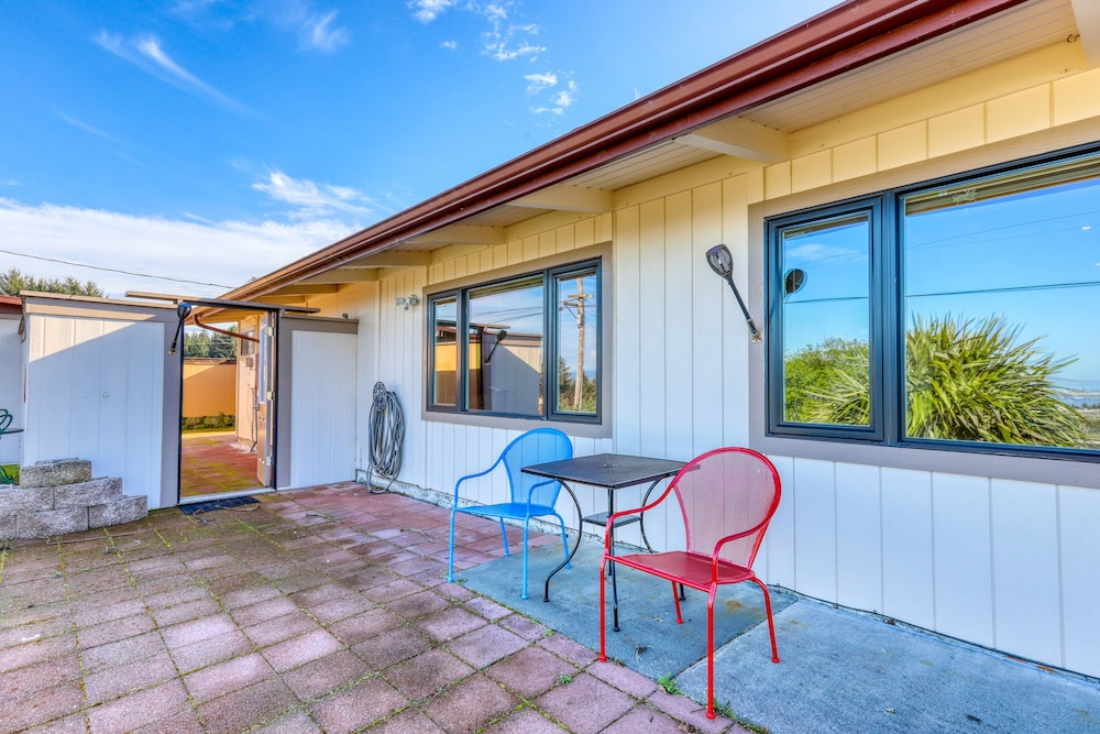 Balcony, Charming Retreat With Sweeping Views of the bay and Ocean! Private Bbq/patio!