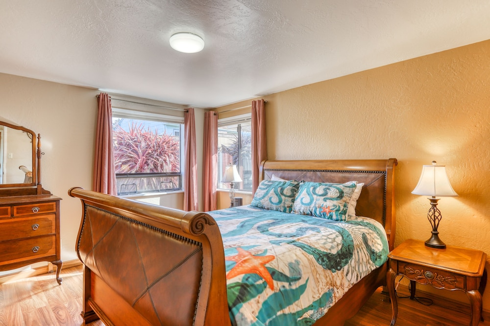 Room, Charming Retreat With Sweeping Views of the bay and Ocean! Private Bbq/patio!
