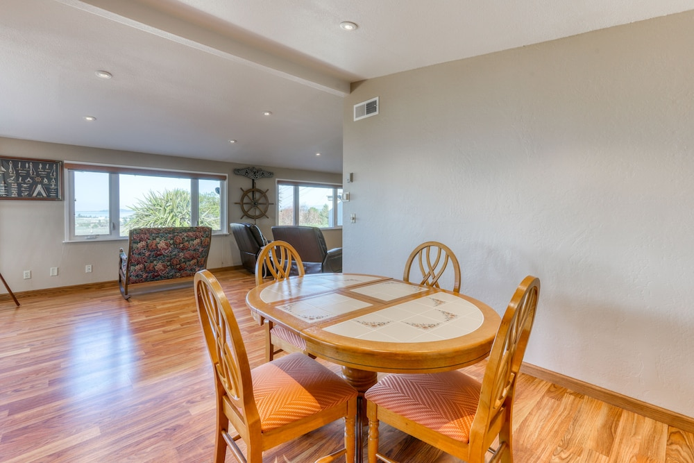 Private Kitchen, Charming Retreat With Sweeping Views of the bay and Ocean! Private Bbq/patio!