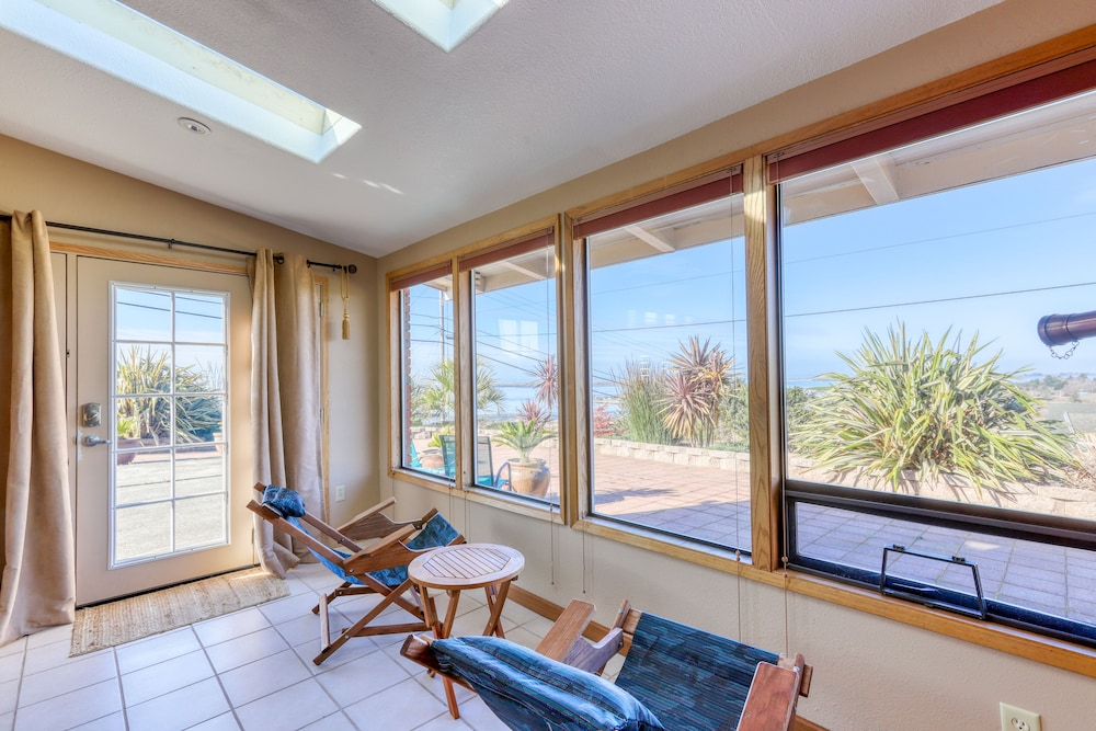 , Charming Retreat With Sweeping Views of the bay and Ocean! Private Bbq/patio!