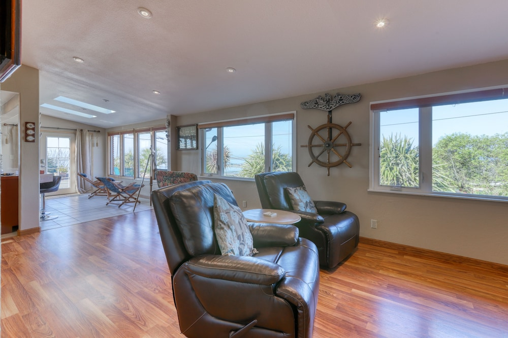 Living Room, Charming Retreat With Sweeping Views of the bay and Ocean! Private Bbq/patio!