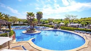Indendørs pool, sæsonbestemt udendørs pool, parasoller, liggestole