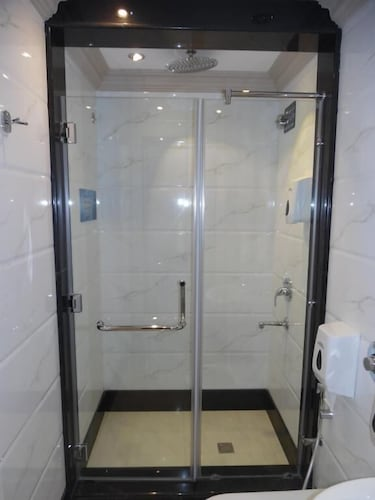 Bathroom Shower, Sudir Palace Hotel Units