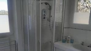 Sèche-cheveux, serviettes fournies, shampoing, papier toilette