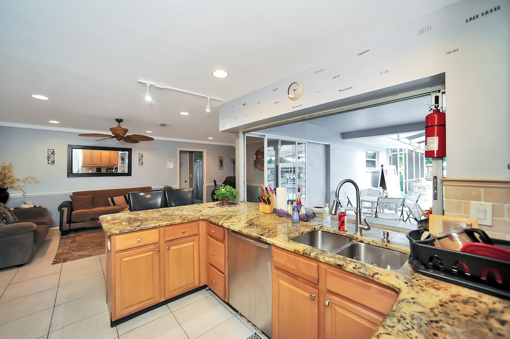Private Kitchen, Apollo Beach W/ Pool, Room To Entertain, Pet Friendly! 6 Bedroom Home
