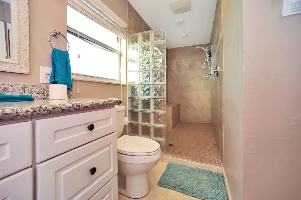 Bathroom, Apollo Beach W/ Pool, Room To Entertain, Pet Friendly! 6 Bedroom Home