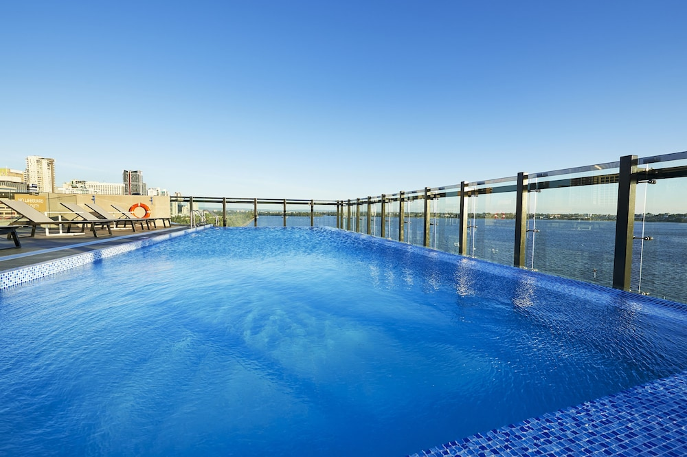Outdoor Pool, DoubleTree by Hilton Perth Waterfront