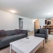 Perfect for Groups! - Just 5 Minutes to Downtown!