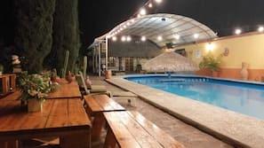 2 piscinas al aire libre (de 8:00 a 22:00), tumbonas