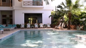 2 piscinas al aire libre (de 8:00 a 20:00), sombrillas, tumbonas