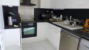 Køleskab, mikrobølgeovn, komfur, opvaskemaskine