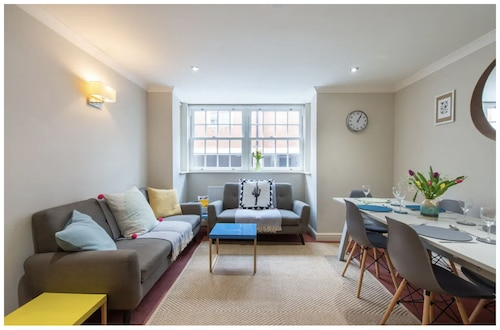 New Listing - Wells City Centre, Quiet Mews House, Sleeps 6