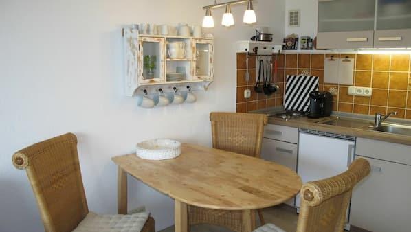 Mikrowelle, Wasserkocher mit Kaffee-/Teezubehör, Toaster, Esstisch
