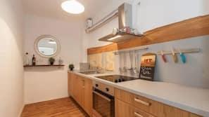 Großer Kühlschrank, Ofen, Herd, Wasserkocher mit Kaffee-/Teezubehör