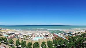 Una spiaggia nelle vicinanze, sabbia bianca, pallavolo