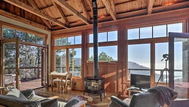 Romantic Ridgetop Escape w/ Hot Tub Near Mendocino