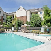 Near Portland North of the Columbia River Free Breakfast + Outdoor Pool + Hot Tub