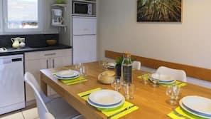 Micro-ondes, plaque de cuisson, lave-vaisselle, cafetière/bouilloire