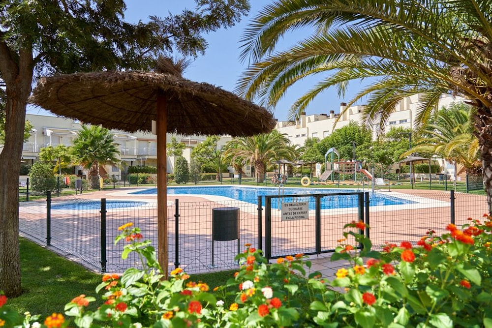 Pool, Beachfront Apartment, With Pool and Urban Areas. Zarati