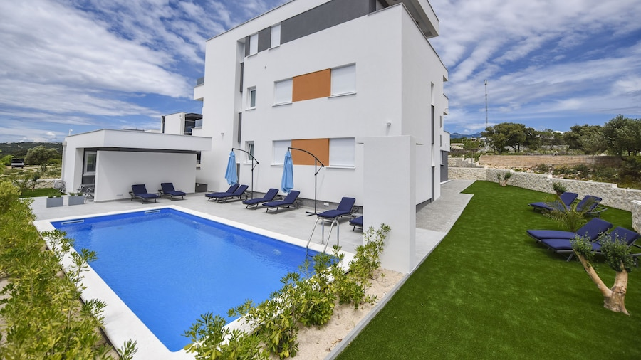Pool Apartments & Rooms Mare