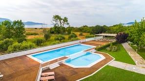Una piscina al aire libre de temporada (de 10:00 a 18:00), sombrillas
