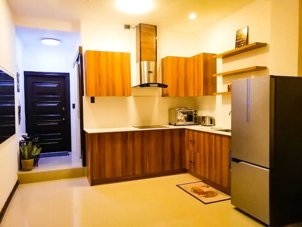 Private Kitchen, Newly Renovated One Bedroom 200 feet from Fields Ave
