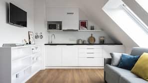Kühlschrank, Herdplatte, Wasserkocher mit Kaffee-/Teezubehör