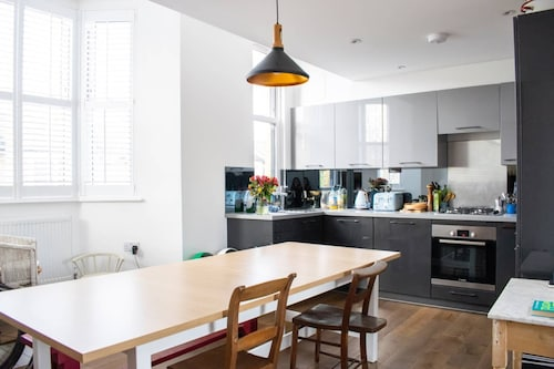Modern 1 Bed 2-storey Flat in Clapton