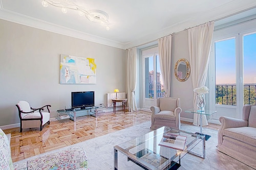 Large 3 Bd Apartm 200 m Square With View to the Royal Palace. Palacio