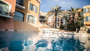 Piscine extérieure, piscine chauffée, parasols de plage, chaises longues