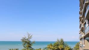 Di pantai, kursi berjemur, payung pantai, dan handuk pantai