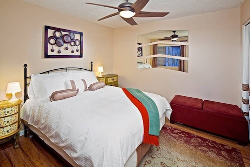 Tempe Escape · Prime Location, Sparkling Pool, Bbq, Tennis Court
