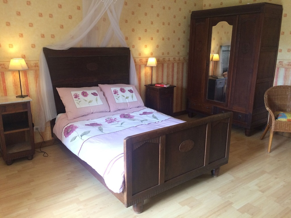 Room Amenity, Quaint Holiday Home in Vanne With Barbecue and Garden