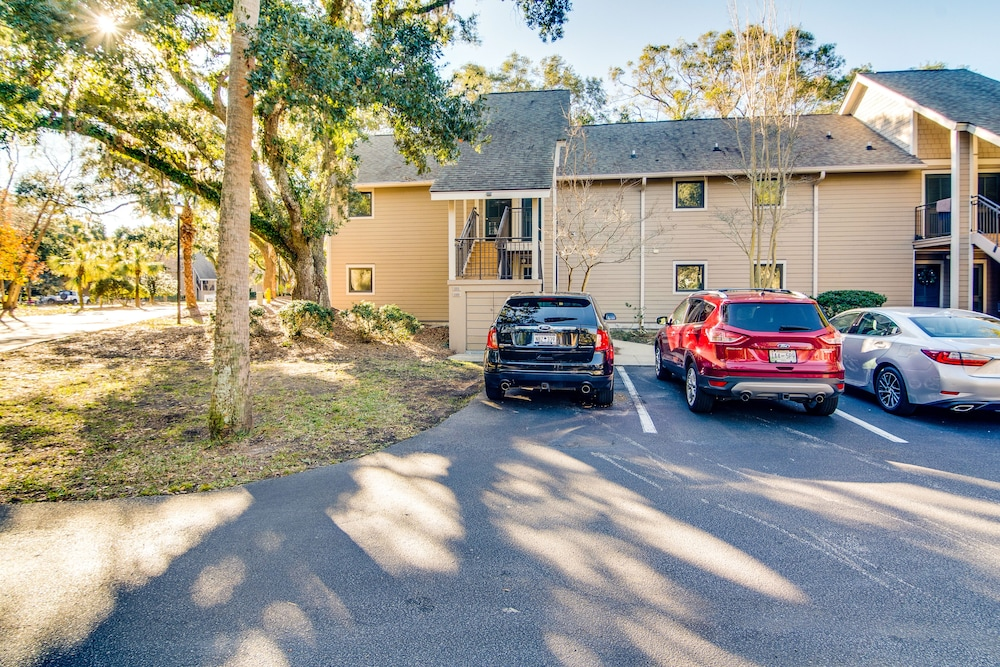 Parking, Villa With Wooded Views, Shared Pool, Walking Distance to Beach Club!